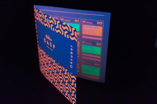 Mit Neontoner bedrucktes Programmheft unter UV-Licht