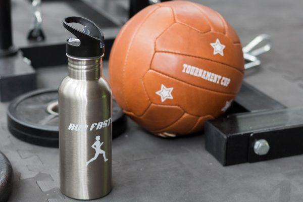Aluminiumflasche und Lederball mit weißem Druck durch Tonertransfer