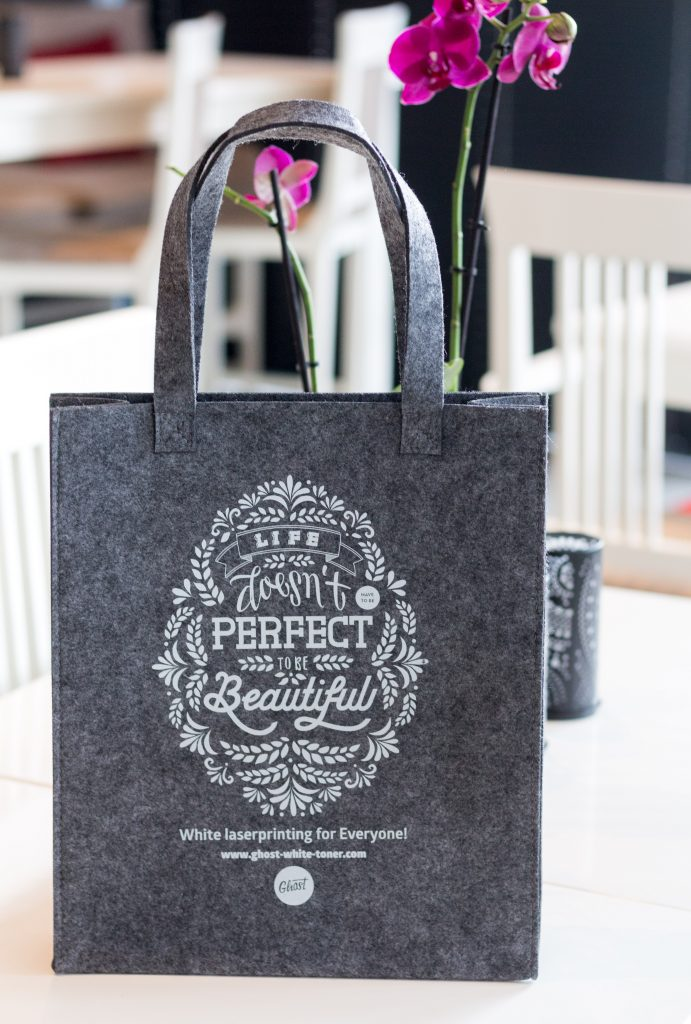Felt bag with wihte printed lettering